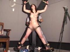 全裸で磔にされた女性をくすぐり拷問
