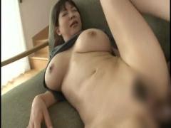 Kカップ爆乳母親がリビングルームのソファーで息子と汗だく中出しS○X!