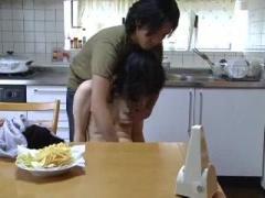 催眠術にかかってチンコを愛おしそうに舐める人妻ww