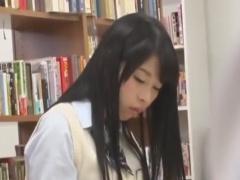 図書館で勉強中に痴漢されるニーソJK動画