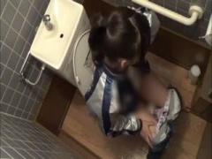 トイレで息殺してマジオナ 素人熟女を個人撮影 エロイ下着でよがる姿が可...