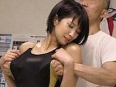 競泳アスリート美女がスポーツトレーナーのセクハラに敏感に反応してしま...