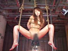 童顔制服M女が後ろ手縛りで宙吊りM字開脚緊縛され三角木馬固定電マの刑に...