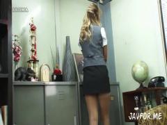 掃除中の黒ギャル事務員はスカートが短すぎて常にパンチラ、さらにムチ尻T...