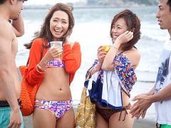 ビキニギャルナンパ 真夏の海岸で開放的になっちゃってる水着姿の素人ギャ...