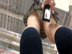 盗撮 買い物中の女子校生を逆さ撮りしてスマホで撮影! さらにスカートまく...