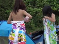 海水浴場付近で野外で生着替えしていた素人娘たちを隠し撮り
