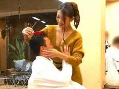 胸元ざっくりな巨乳美容師さんが勃起させたチンポを手コキしてハメまくる!