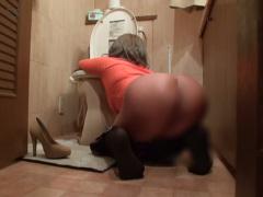 コンパではっちゃけすぎた黒ギャルが泥酔して尻丸出しでトイレで寝ていた...