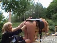 閲覧注意 美熟女がスレンダー美女を野外で極太ディルドを挿入する調教動画...