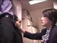 M男が痴女系お姉さんなCAに着衣で背面手コキとフェラされ大量射精