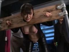 熟女捜査官が的に捕まりギロチン拘束でおっぱいを揉まれ敏感な乳首をいじ...
