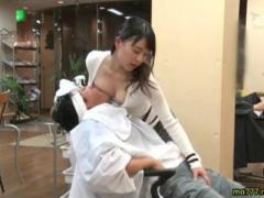 客に胸チラ見せたりおっぱいを押し付け揉ませて手コキする痴女美容師