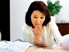 人妻熟女 オナニー中毒の熟女母がムスコの勃起マラを見てしまい…