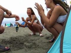 ビッチギャル 夏は海やプールでナンパしてパコリまくり 大乱交で気分も最...