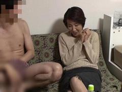 高齢熟女ナンパ 若者が五十路 58歳 の人妻を部屋に連れ込み中出しSEXに持...