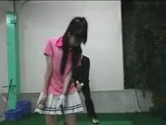 ノーパンでゴルフ練習中のお姉さんにアドバイスで密着 発情してトイレに連...