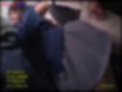 電車で集団手マン痴漢されて潮吹きするJKの動画