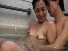 母子相姦 お風呂に入ってきた息子に身を委ねクンニに喘ぎ出されたチンポに...