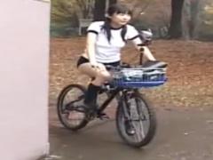 アクメ自転車 穴空きブルマでバイブ付き自転車に跨り街中で恥ずかしがりな...