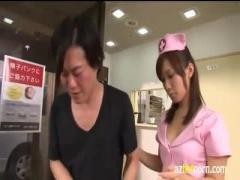 胸元の開いた看護服でフェラをしてくれる優しい看護士さん