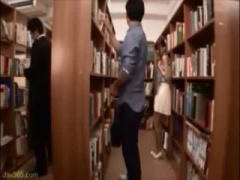 図書館で痴漢師にフェラさせられるメガネお姉さん動画