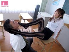 美痴女教師がミニスカパンスト美脚に興奮した同僚教師のおちんちん踏みつ...