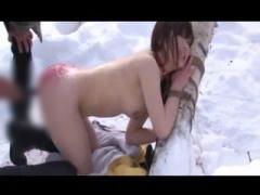 アナルレイプ 雪の中で拘束アナルセックス! アナルをこじ開けられて白目失...