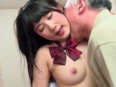 小動物系の美少女が彼氏のハゲ散らかしたパパに恋をして生中出しセックス