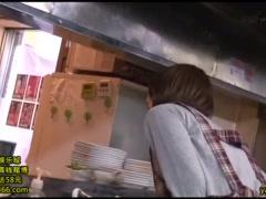厨房に隠れて客席から見えないように、尻を触り手マンされるお好み焼き屋...