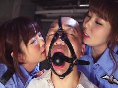 美人婦警さんが拘束したM男囚人を凌辱するww