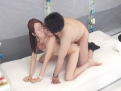 職場の同僚男女2人がマジックミラー号でキス技コンプリートに挑戦、最後は...