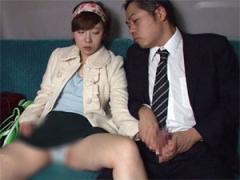 路線バスで就寝中の女子大生にチンコ握らせて手コキさせる痴漢男