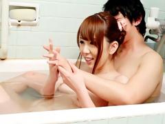 旦那に嘘をついて隣人の若い男のチンポをしゃぶる巨乳人妻 熟女 風呂場で...