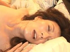 美熟女人妻の汗だく顔射セックス! 夫婦のベッドで不倫肉棒の快楽にイキ狂う!
