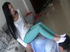グリーンのスキニーパンツ姿の綺麗な美脚アジアン美女が犬M男を椅子にして...