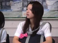 素人JK 個人撮影! 本物のS級の激カワ女子校生がM字開脚でマンコが見えそう...