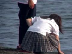 パンチラ 海岸で遊ぶカップル! 強風でJK彼女のスカートがヒラヒラ! チェッ...