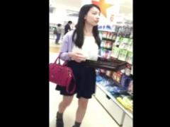 パンチラ 母親と買い物中の美女パンチラ盗撮! 無防備ミニスカ美脚から見え...