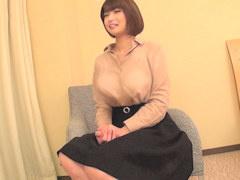 ゆとりシャツなのに巨乳と丸わかりな若妻をヤリ部屋に連れ込みパイズリ奉...