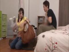 家政婦がデカパイすぎてお客さんを興奮させてしまいジーンズのまま犯される人妻 巨乳 おっぱい