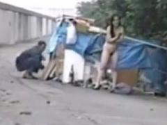 個人撮影 ガチで出た! 露出狂女がホームレスハウスの前で全裸ww