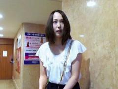素人 夫に不満を募らせる25歳の人妻が温泉不倫旅行へ…温泉に浸かりながら…...