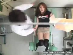 産婦人科 産婦人科医の手マンで刺激された後にマンコにローターを入れられ...