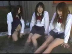 女子校生3人組に襲われてハーレムファックやったったww