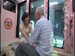 スカートひらひらエロすぎな美少女がおじいさんの性欲介護wwww マジックミ...