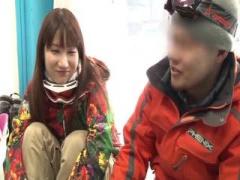スキー場であん摩にハントされたカップルのカノジョが寝取られて窓の向こ...