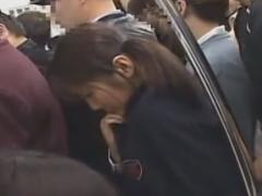 通学満員電車で下着を脱がされ手マン痴漢されちゃうJK動画