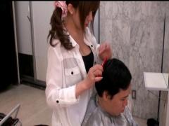 誘惑美容室 サービス中に何度もおっぱいを顔に押しつけてくる美人美容師は...
