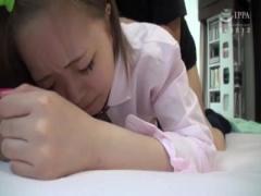 繁華街で神待ちしていた女子校生を自宅に連れ込みパイパンマンコに生中出し!